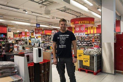AVVENTER I: Butikksjef Espen Lund sier at han skal ha en prat med distriktssjefen om kort tid og regner med å få mer informasjon om de nye anbefalingene da.