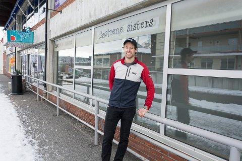 UTVIDER: Sport 1  utvider butikken i Åmotsenteret og daglig leder Magnus Bergan håper på nyåpning til påske. Butikken får dermed 35-40 meter med utstillingsvinduer mot Lilleåsgata.