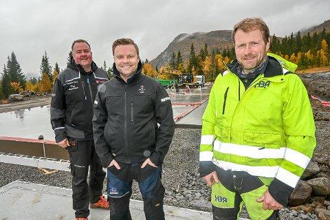 HAGLEBUSETRA: Kristian Medalen (f.v.), Gunbjørn Vidvei og Amund Frøyse er nå i gang med de første 12 av de nærmere 100 fritidsleilighetene de skal bygge på Haglebu.