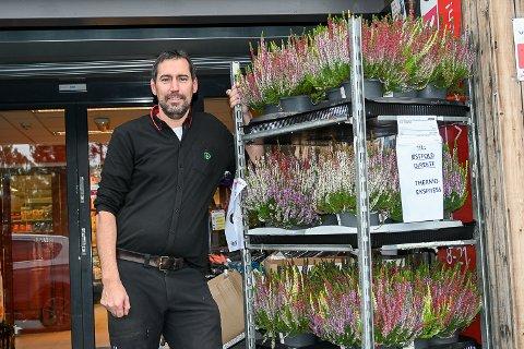 BUTIKKSJEF: Håvard Jensen er leid inn som butikksjef hos Spar i Eggedal. En jobb han skal ha ut året, fram til samboeren Marianne Olsen overtar som butikksjef ved Spar-forretningen i Eggedal sentrum.
