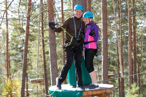 STORTRIVES: Ekteparet Tomas Engen (t.v) og Nina Engen fra Sysle har funnet seg vel til rette i klatreparken Høyt og Lavt.