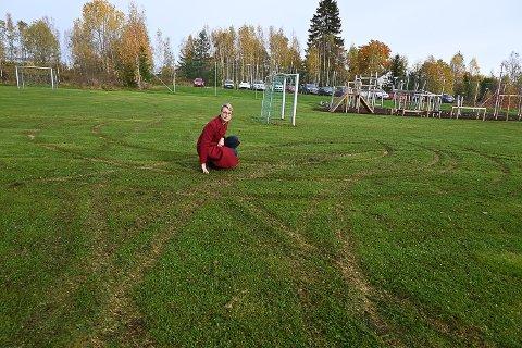 SKADET: I løpet av høstferien har noen herjet rundt på gressmatta på uteområdet med kjøredoning. Rektor Marit Megård synes det er trist.
