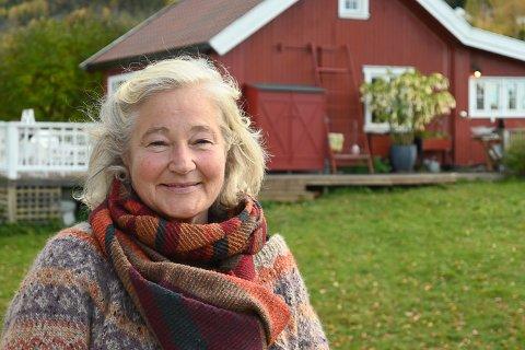 BOR PÅ HYTTA: Anne Hamar og mannen Øivind har bodd på hytta fra påske til september/oktober de siste to årene.