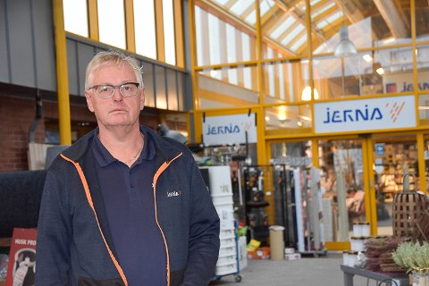LEI: Geir Garås på Jernia Modum bygg er lei av at ungdommene som henger på torget mellom butikken hans og Coop Extra ikke oppfører seg.