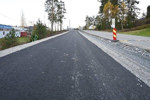 SVART: Det har blitt svart og fast dekke på den nye gangveien, men byggeleder ber deg aller helst om å holde deg unna og i det minste være observant om du velger å gå eller sykle her.
