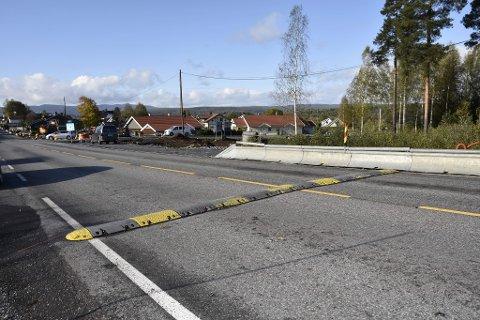 SNART FERDIG: Anleggsarbeidet ved krysset mellom Eikerveien og Industriveien går mot slutten. Dermed er også tiden med midlertidig fartsdemper snart forbi.