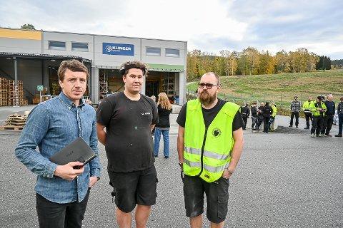 BRANN: Fabrikksjef Bård Pettersen (f.v.) roser Sondre Martinsen Varsla, og Ivar Lobben som tirsdag formiddag raskt fikk slukket brannen ved Klinger Westad i Geithus.
