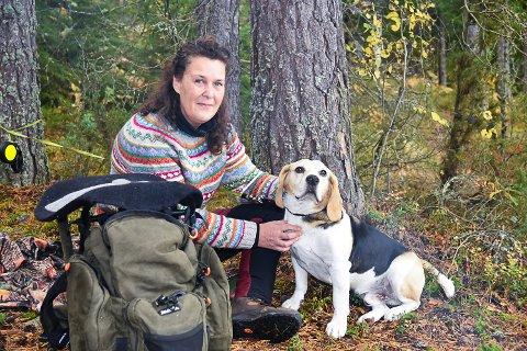 ET GODT LAG: Ingjerd Flaten koser seg på tur med hunden Bamse. På jakt er de et godt lag.