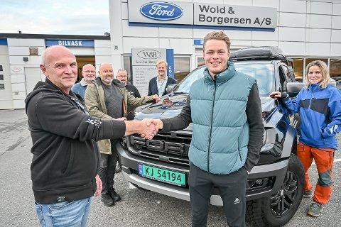 OVERREKKELSE: Olav Fekjan overrekker Dag Sander Bjørndalen monsterpickupen, i påsyn av de andre lokale sponsorene som har gått sammen om å støtte den lokale skiskytteren fra Simostranda.
