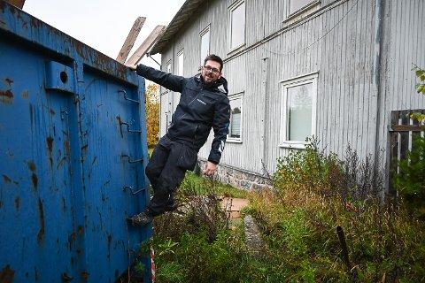 PUSSER OPP: Espen Havnerås Riiber kjøpte den gamle skolen på Skredsvikmoen i vår. Nå er han i full gang med å pusse opp leilighetene der.
