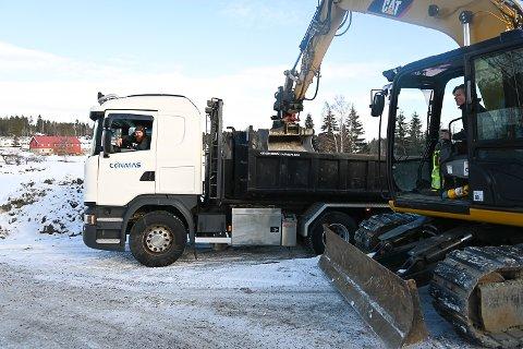 TANSPORT OG GRAVING: Conmas er en av fire bedrifter som har basen sin på Åslaupet på Drolsum. James Øyvind Kristiansen i lastebilen vært en god medarbeider i 10 år. I gravemaskinen sitter Christoffer Tveiten (16).
