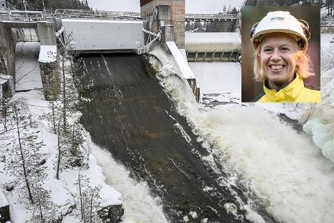 GRAVFOSS: Transformatorhavari gjør at damluka ved kraftstasjonen i Geithus står åpen. – Så lenge kraftstasjonen ikke er i drift, betyr det at 19.000 liter vann i sekundet må sendes rett ut i fossen, sier kraftverkssjef Line Drange Ruud.