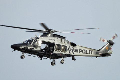 HELIKOPTERSØK: To politihelikoptre søkte gjennom store området rundt Høgevarde tirsdag, men det ble ikke funnet spore etter den savnede skiløperen som ble meldt savnet forrige onsdag.