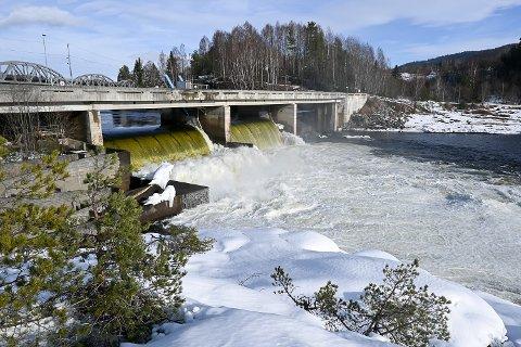 STORE VANNMASSER:  På grunn av reparasjon av inntakslukene ved kraftstasjonen Døvikfoss, må Glitre Energi hvert eneste sekund, slippe 165 kubikkmeter vann ut demningen i Åmot.