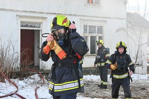 Det blir høye temperaturer når man øver seg på varme røykdykk. Her er Jon Anders Vollan og Torbjørn Holden Søgaard på vei ut etter sin første tur inn i et brennende hus.