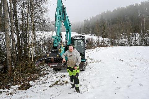GROV REDSKAP: – Med denne saksa er det ikke noe problem å kutte ned store busker og trær, sier den unge maskinføreren.