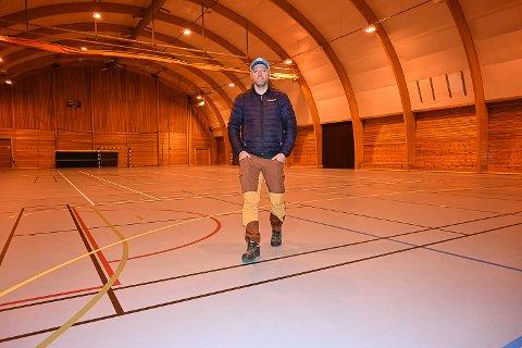 LYSANLEGG: – Som en ser av bildet er ikke lysforholdene i Krødsheradhallen all verden i dag. Jeg gleder meg til at kryllingene skal få «se lyset» her etter sommerferien, sier styreleder Jarle Nordby.