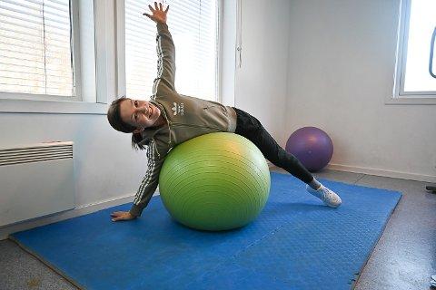 STREKKE OG VARIERE: Fysioterapeut Stine Eriksen anbefaler oss å variere sittestilling mange ganger i løpet av dagen, pluss ta noen avbrekk og strekke på kroppen og «åpne opp».