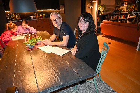 STRØM: Rune Flattum og Guro Næss Flattum er  glade for at de bor i et godt og varmt hus. Det er også barna Hanna (t.v.) og Mari. som var godt i gang med leksene da Bygdeposten var på besøk.