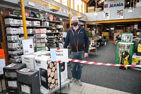 HENTEPUNKT: Geir Garås hos Jernia Modum Bygg slipper kundene så vidt inn døra for å hente varer som er bestilt på forhånd.