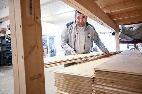 ANSETTER:  Thomas Brenna i 3 T Bygg er på jakt etter både tømrere og en lageransvarlig.