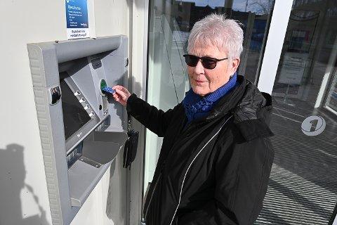 IRRITERT PÅ GEBYR: Kersti Karm er kunde i Sparebank1 Modum, og hun liker dårlig at banken nå tar gebyr for at hun skal ta ut egne penger i minibanken. Hun synes også det er dårlig at hun ikke har fått tydelig varsel om dette for eksempel på sms.