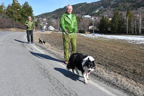 ETTERLYSER TILTAK: Kjell Lybeck (foran) og Narve Sørensen bor langs Heggenveien og ferdes mye etter veien. Nå ønsker de en plan for den økte trafikken som vil bli langs veien som følge av økt aktivitet i Hoppsenteret.