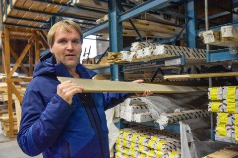 HØYERE PRIS: Jostein Guttormsen hos XL Bygg Eggedal Sag forteller om høyere priser på råmateriale, som gir høyere pris på trelast for kundene.
