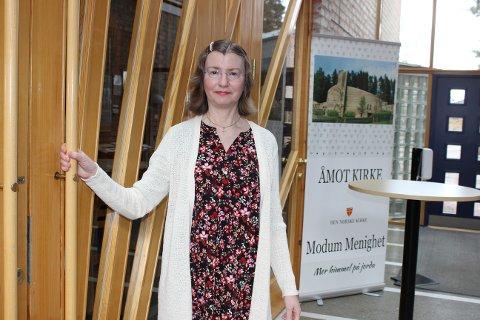 KREATIVE TALENTER: Kirsti Hole, diakon i Modum, vil heretter ikke la dikterpennen hvile.