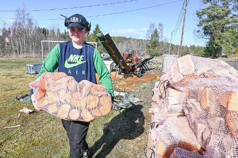 KJEKT ARBEID: Thomas Roness trives både med å drive i skogen og å produsere ved.