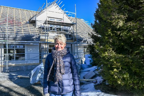 NYTT HUS: – Ni måneder etter brannen er det godt å se at det nærmer seg at vi kan flytte inn i det nye huset vårt, sier Tone Reidun Svendsen Trondsrud.