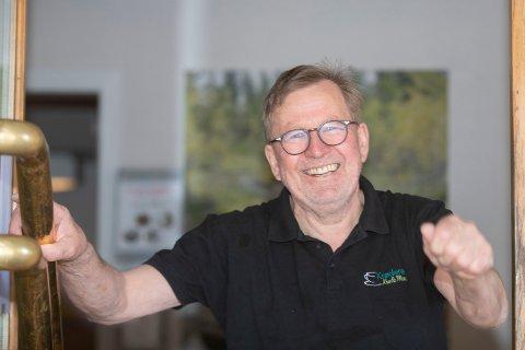 ENDELIG: – Velkommen, hilser Johnny Omdahl som endelig kan «gjenåpne» Krøderen Kro mandag 12. april etter å ha holdt koronastengt på grunn av sentrale bestemmelser siden 16. mars.