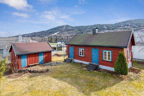 HYTTETUN: Dette hyttetunet fra 1790 i Øyaveien i Vikersund, er nå lagt ut for salg.