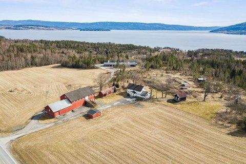 TIL SALGS: Denne gårdseiendommen på Nakkerud er til salgs.
