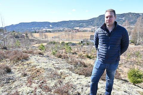 UTSIKT: Tomteområdet ligger langs Nyhusveien på Snarum og har vid utsikt. Christoffer Ihle har tro på de landlige tomtene og håper planene blir godkjent.