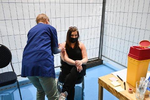 STIKKET: Carina Aas fikk covid 19-vaksine torsdag. Den ble satt av Rita Bjørnstad, som er pensjonert helsesykepleier.