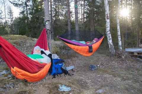 KORTREIST PÅSKEFERIE: Hege Marie Steinnes (t.v) og Tone Letmolie er på hengekøye-overnattingstur i nærområdet - i Breivikmarka i Åmot.