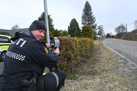 FORNØYD: På to kontroller ble bare fire bilførere tatt for å kjøre for fort. – Det er vi fornøyd med, sier Nils Jørgen Jahr ved Modum lensmannskontor.