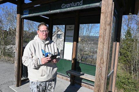 FIKK BOT: Mette Kathrine Westlie tar bussen her fra Grønlund ved Melumenga hver dag. Onsdag fikk hun bot fordi hun ikke fikk vist fram billetten sin på grunn av manglende mobildekning på bussen.