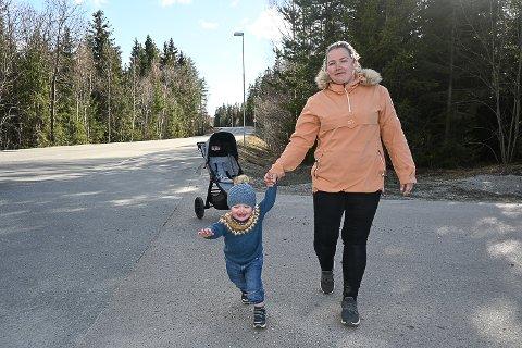 FARTSTREKNING: – Det er få som bremser ned til 40 km/t når de passerer skiltet bak meg, sier Line Fjellstad som bor i Kroka sammen med blant annet sønnen Erlander Thon Fjellstad.