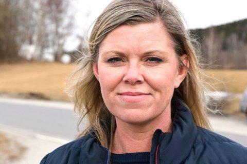 NESTEN I MÅL: Fagforbundets Liv Jane Tømte forteller at nedbemanningsprosessen i helse- og sosialetaten i Modum kommune nesten er i mål. Det merkes allerede blant de ansatte.
