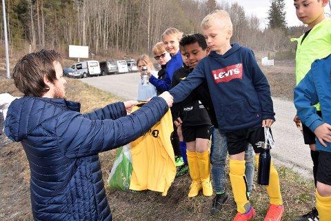 HØYTIDELIG ØYEBLIKK: Her deler trener Lars Fosnæs ut drakter til de yngste Geithus-spillerne foran årets kamp.