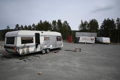 GRISET TIL: En campingvogn på området er griset til med olje.