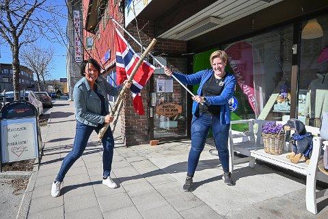 RØDT, HVITT OG BLÅTT: Merete Risan i Bygdeposten håper butikker og bedrifter i hele Modum pynter i flaggets farger i mai. Lena Evje Andersen i Dyregleden har allerede tatt utfordringen.