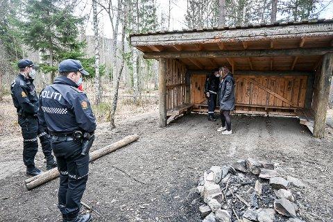 ALVORLIG: Den siste tiden har det blitt tent bål i gapahuken ved Vikersund skole, og det tent på flere steder inne på selve skoleområdet. – Det er en type hendelser vi ser svært alvorlig på og vil ha oss frabedt, sier Snorre Halvorsen ved Modum lensmannskontor.