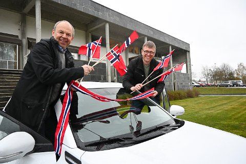 KORTESJE: Kultursjef Per Aimar Carlsen og kulturhussjef Øyvind Christensen håper mange vil delta i bilkortesje gjennom Modum 17. mai – og gjerne pynte bilen litt.