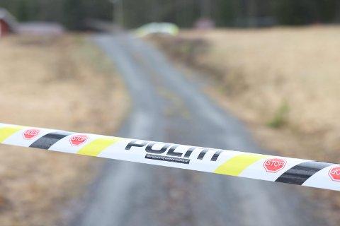 SPERRET AV: Et større område rundt huset på Veme er sperret av. Politiet gjør rundspørringer mandag.