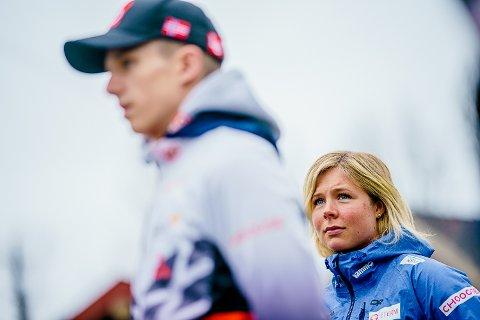 VARSLER OMKAMP: Maren Lundby og Halvor Egner Granerud under pressekonferansen til hopplandslaget på Sognsvann i Oslo. Nå er de på samme lag, men bare Granerud får hoppe i monsterbakken i Vikersund.
