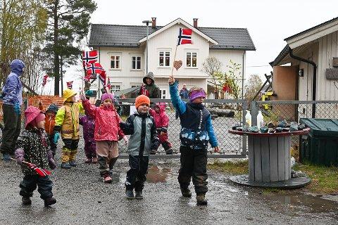 GIKK I TOG: Brunes naturbarnehage feiret 17. mai på forskudd og gikk i tog med vaiende flagg og sang.