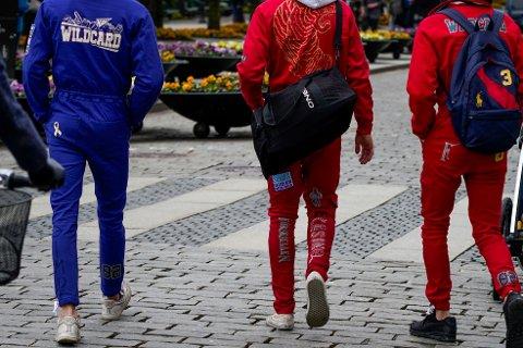 RUSS: De unge løftes fram i vaksinekøen.